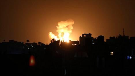 Tulipallo nousi Gazan taivaalle Israelin maanantai-iltana tekemän ilmaiskun jälkeen.