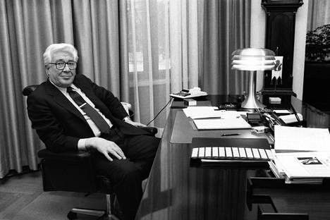 Kansallispankin pääjohtaja Jaakko Lassila istumassa työpöytänsä ääressä Helsingissä 4. helmikuuta 1986.