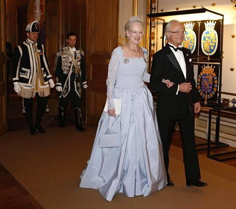 Syntymäpäiväsankarin käsipuolessa illalliselle saapunut Tanskan kuningatar Margareeta oli valinnut varsin perinteisen, vaaleansinisen iltapuvun.