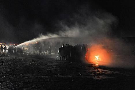 Poliisit ja mielenosoittajat ottivat yhteen Standing Rockin reservaatissa lokakuussa.