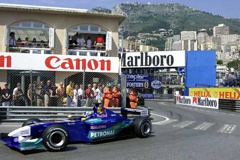 Kimi Räikkönen ja Sauber hitaassa Rascasse-mutkassa vuonna 2001, jolloin suomalaiskuski osallistui ensimmäisen kerran Monacon F1-kisaan.