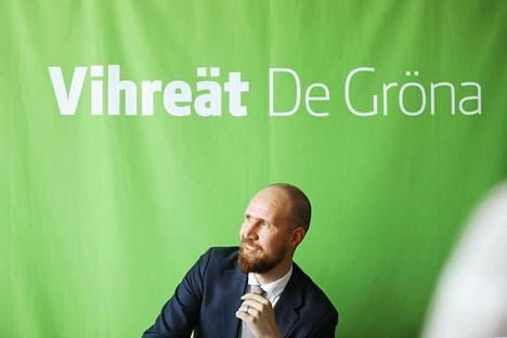 Touko Aalto kertoi lokakuun 24. päivä väistyvänsä vihreiden puheenjohtajan paikalta. Puolue valitsee uuden johtajan ensi lauantaina.