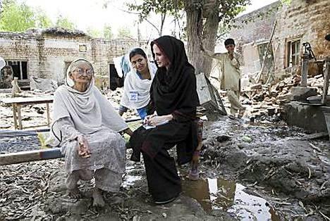 Yhdysvaltalaisnäyttelijä ja YK_n hyväntahdonlähettiläs Angelina Jolie jutteli 64-vuotiaan tulvauhrin Zenul Hawan kanssa Mohib Bandin kylässä Pakistanissa. ,