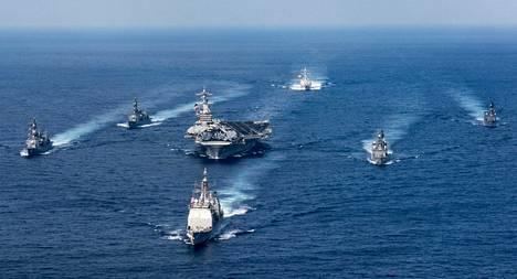 Lentotukialus USS Carl Vinsonin johtama taisteluosasto Yhdysvaltain laivaston julkaisemassa kuvassa.