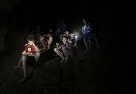 Kuva luolaan jumittuneista lapsista, kun ammattisukeltajat löysivät heidät 2. heinäkuuta vuonna 2018.