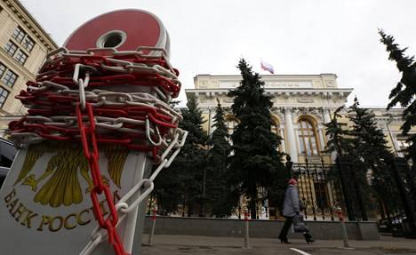 Venäjän keskuspankin kyltin ympärille kierrettiin ketju.