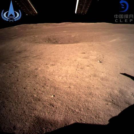 Kiinan avaruushallinnon julkaisema kuva Kuun maahan näkymättömältä puolelta, jonne Chang'e-4-luotain onnistui laskeutumaan tammikuussa.