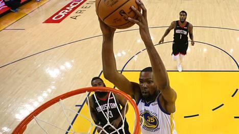 Kevin Durant donkkaa Golden State Warriorsin paidassa.