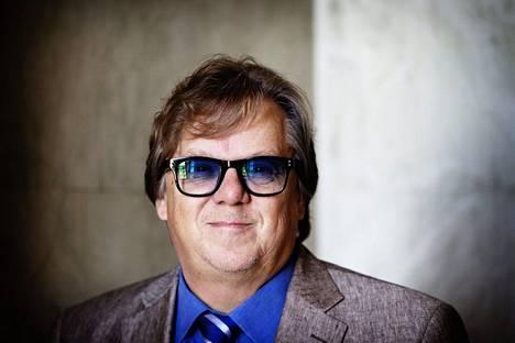 Entinen kansanedustaja Mikko Alatalo ylistää taiteilijan uraa.