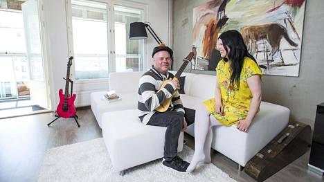 Kaarina Helenius ja Jarmo Julkunen yhdistivät intohimonsa kotinsa sisustuksessa. Jarmon voimakkaan punainen sähkökitara löysi paikan valkoisen sohvaryhmän kupeesta.
