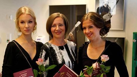 Juicen tytär Eeva Leskinen (vas.) sekä toinen vaimo Annele Isomäki eivät ole julkisuudessa juuri esiintyneet. Mukana elämäkertakirjassa on myös Isomäen tytär Annaliina Gabel.