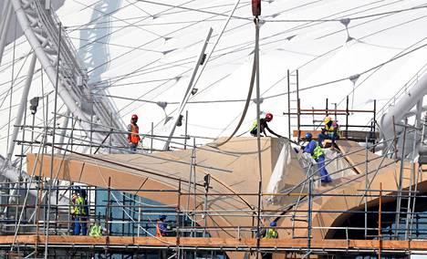 Rakennustyömiehiä jalkapallostadionilla Dohassa marraskuussa.