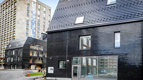 Kanariankuja 4:n Hitas-talon suunnittelusta järjestettiin arkkitehtikilpailu. Talon julkisivu on isoilta osin lasitettua tiiltä.