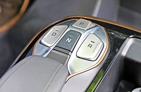 Sähköauton vaihdevalitsin on simppeli: tarvitaan vain neljä kytkintä. Lisäksi ohjauspyörän takana on nykyautomaateista tutut valitsinlavat, joilla voi näppärästi säätää moottorijarrutuksen voimakkuutta.