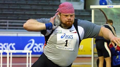 Arsi Harjun ei tarvinnut 2001 pökätä 7,26-kiloista rautapalloa Olympiastadionilla talkoohengessä, vaan tuoreen olympiavoittajan starttiraha oli peräti 90000 markkaa.