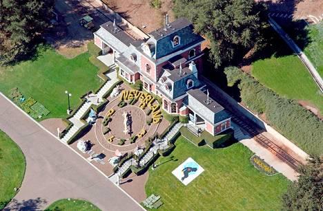 Jacksonin koti Neverland ratsattiin vuonna 2003 osana uusia hyväksikäyttösyytteitä. Tutkimuksissa poliisi löysi tiluksilta ison määrän pornografiaa ja kuvia alastomista lapsista. Lopulta Jackson vapautettiin kaikista syytteistä vuonna 2005.