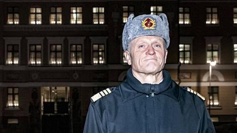 Kansainvälisten harjoitusten määrä on ensi vuonna hieman pienempi kuin tänä vuonna. Komentaja Timo Kivisen mukaan taustalla on sotilaiden päätelmä siitä, mitkä harjoitukset palvelevat parhaiten Puolustusvoimien toimintaa. Taustalla Kaartin kasarmin päärakennus, joka toimii puolustusministeriön toimitilana.