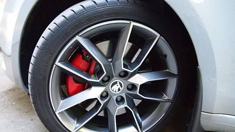 Kuvan rengas pyörii Skoda Octavia RS:n alla.