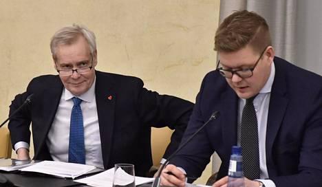 Rinne valittiin hallitustunnustelijaksi torstaina. Sdp:n eduskuntaryhmän puheenjohtaja, pääministeriksi pyrkivä Antti Lindtman ennakoi lyhyitä tunnusteluita: kysymyksiä Rinteelle on vain kaksi – ovatko puolueet valmiita hyväksymään kesäkuussa päätetyn hallitusohjelman sellaisenaan ja onko puolueiden osallistumiselle kynnyskysymyksiä.