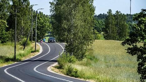 Espoon ja Vantaan rajalla olevaa kylätietä reunustaa 1,5 metriä leveät alueet, jotka on tarkoitettu pyöräilijöille ja kävelijöille. Keskelle jää yksi ajokaista autoille.