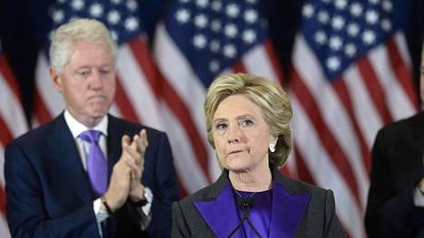 Bill Clinton seurasi vaimonsa Hillary Clintonin puhetta, jossa hän myönsi hävinneensä presidentinvaalin Donald Trumpille.