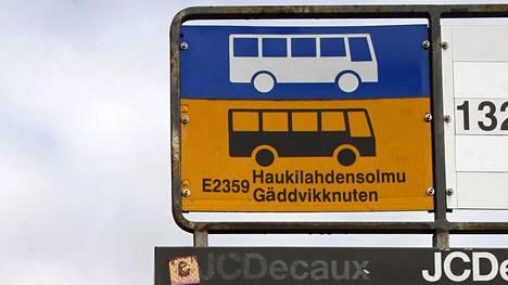 Uuden tieliikennelain myös kaikki linja-autopysäkit merkitään jatkossa keltapohjaisella merkillä.
