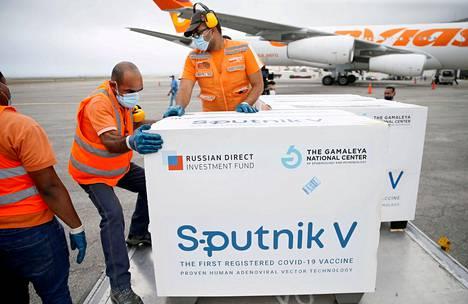 Venäjä on lahjoittanut Sputnikia runsaasti kolmansiin maihin. Esimerkiksi Venezuelan pääkaupungissa Caracasissa otettiin vastaan erä Sputnikia maaliskuun lopussa.