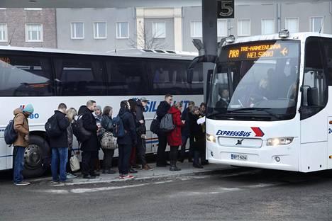 Täysiaikaisen bussikuskin palkka on jo lähtökuopissa kohtuullinen.
