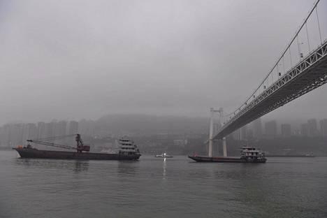 Pudotusta sillalta jokeen oli noin 60 metriä.