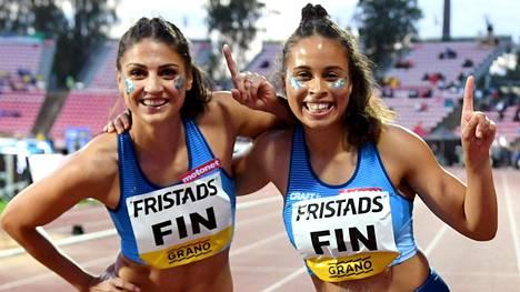 Nooralotta Neziri (vas.) ja Sara Francis kuuluivat naisten 4x100 metrin viestijoukkueeseen Ruotsi-maaottelussa syyskuussa 2020.