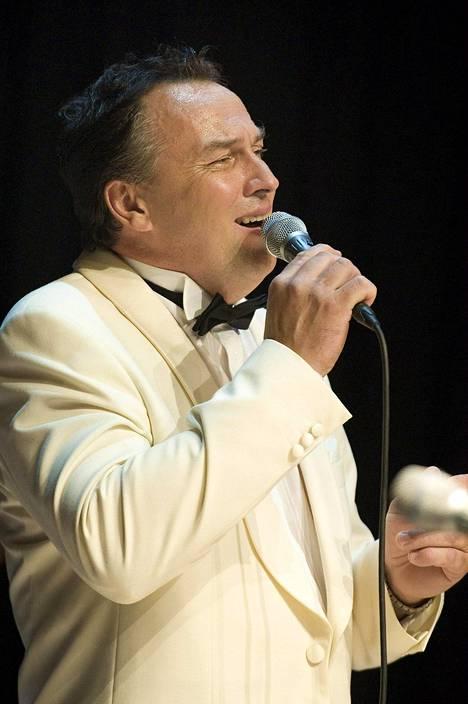 Matti Korkiala esiintyy Kaustisen kansanmusiikkijuhlilla heinäkuussa 2010.