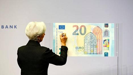 EKP:n Christine Lagarde kirjoitti nimensä 20 euron setelimalliin 27. marraskuuta 2019.
