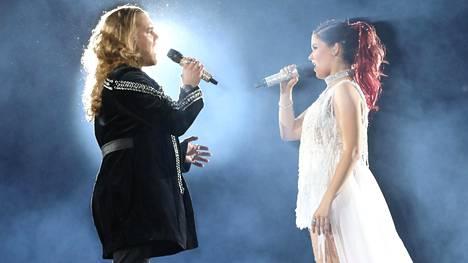 Teemu Roivainen ja Saara Aalto Hartwall Arenan lavalla.