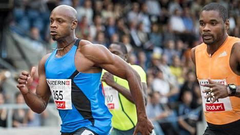 Asafa Powell (vas.) palasi kilparadoille dopingtuomionsa jälkeen. Vauhti ei vielä vakuuttanut.