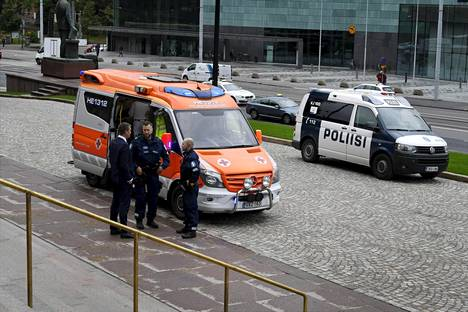 Helsingin poliisi sai hälytyksen puukotuksesta eduskuntatalon edessä.