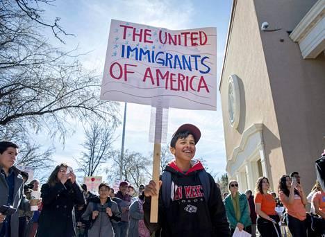 Siirtolaisten oikeuksia puolustavat osoittivat mieltään kongressin edessä maanantaina.