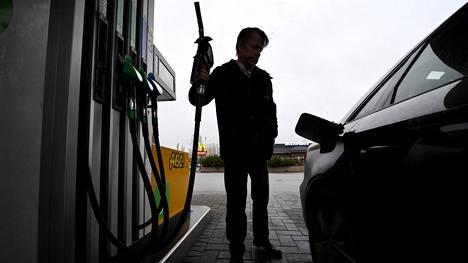 Dieselin hinta seuraa raakaöljyn hintaa epävarmoissa maailmanpoliittisissa oloissa.