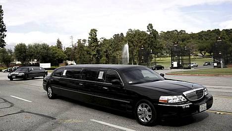 Hautajaisvieraat saapuivat mustilla limusiineilla Elizabeth Taylorin muistotilaisuuteen Forest Lawnin kalmistoon torstaina.