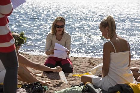 Ohjaaja Mecklin valmistamassa näyttelijöitä rantakohtauksen kuvaukseen.