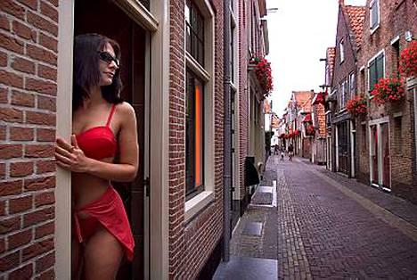 Punaiset lyhdyt ovat sammumassa tällä kadulla, mikäli suunnitelmat alueen siistimisestä menevät läpi.