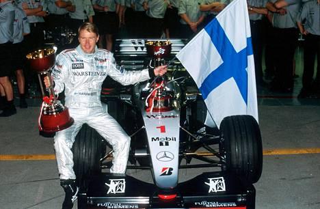Mika Häkkisen kausi oli vaikea, mutta hän voitti lopulta uransa toisen maailmanmestaruuden.
