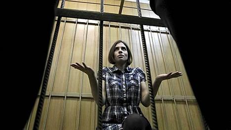 Pussy Riot -ryhmään kuuluva Nadezhda Tolokonnikova istuu kaltereiden takana.