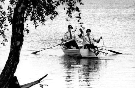 Kuva murhatutkimuksista Bodominjärveltä. Kuvassa mm. surma-asetta etsitään naaraamalla 6.7.1960.