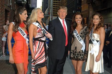 Vuoden 2006 Miss Suomi Ninni Laaksonen (toinen vas.) kuvattiin Donald Trumpin ja kolmen Miss Universum -kilpailijan kanssa ennen seurueen osallistumista Late Show with David Letterman -ohjelmaan.