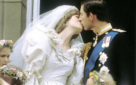 Suudelma parvekkeella kruunasi satuhäät, joita seurasi 2,5 miljardia ihmistä.