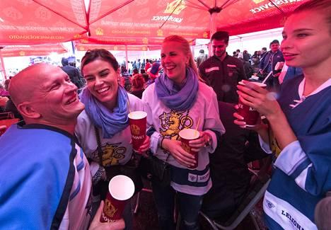 Kuva Moskovan MM-kisoista. Mikael Granlundin tyttöystävä Emmi Kainulainen, Juuso Hietasen vaimo Annika Hietanen ja Leo Komarovin vaimo, silloinen tyttöstävä Juulia Manner kannustivat kumppaneitaan paikan päällä.