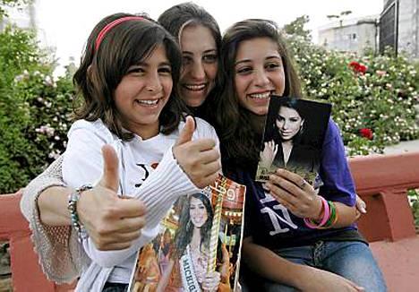 Rima Fakihin sisko Rana iloitsee missinkruunusta Srifassa yhdessä tyttäriensä kanssa.