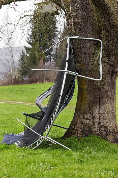 Moni taitaa toivoa, että naapurin trampoliinille kävisi näin.