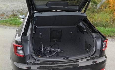 Viisiovisessa autossa on suuri, sähköllä aukeava takaluukku, jonka alta löytyy kohtuullisen kokoinen tavaratila.