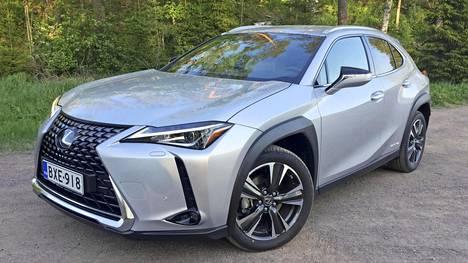 Ulkonäössä tarjolla on terävästi muotoiltua erottuvuutta. Maski on suuri, melkeinpä valtava. Yllättävää ehkä on, että Lexus UX:n voimalinja on tasan samaa tavaraa kuin isompikoneisessa Toyota Corollassa!